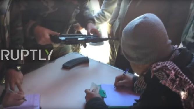 Chiến binh nổi dậy giao nộp vũ khí cho quân đội Syria