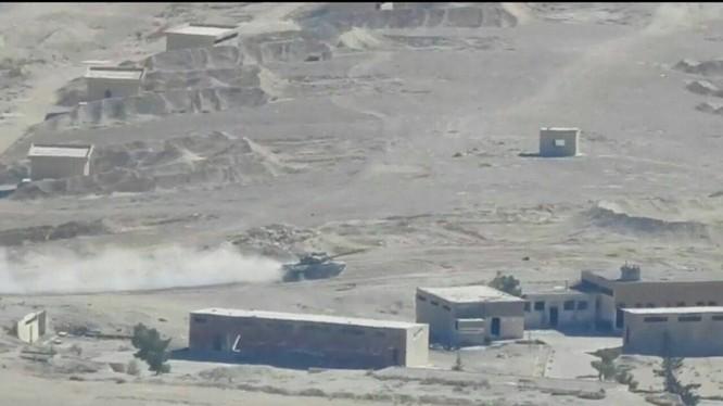 Xe tăng của đơn vị Lá chắn Qalamoun trên chiến trường ngoại ô thủ đô Damascus