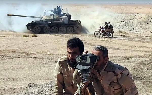 Binh sĩ quân đội Syria tấn công trên chiến trường Palmyra
