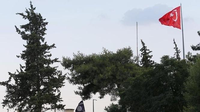 Lá cờ Thổ Nhĩ Kỳ trên khu vực cửa khẩu biên giới Karkamış, phía sau là cờ của IS, cắm trên cơ quan hải quan cửa khẩu Jarablus Syria, ngay sát cửa khẩu Karkamış, tỉnh Gaziantep thuộc Thổ Nhĩ Kỳ ngày 01.08.2015. Reuters / Murad Sezer