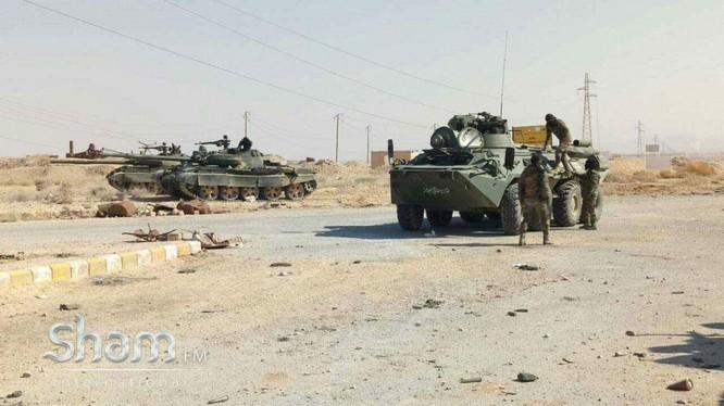 Tăng thiết giáp quân đội Syria trên đường tấn công về Palmyra