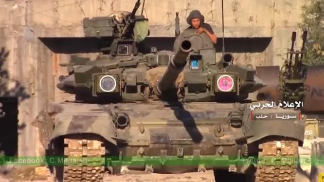 Chiếc xe tăng T-90K trên đường ra chiến tuyến ở Aleppo