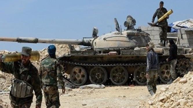 Lính tăng Syria nạp đạn pháo, chuẩn bị chiến đấu