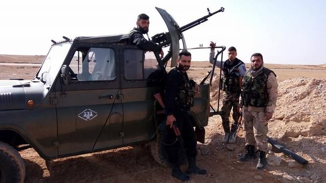Binh sĩ quân đội Syria trên hướng tiến về mỏ khí gas Hayaan, Palmyra