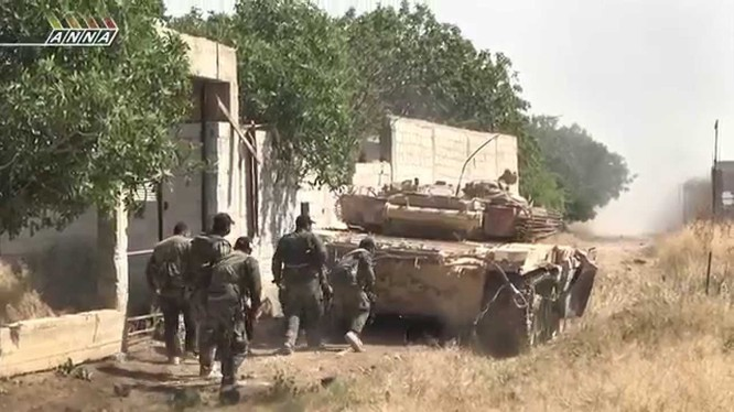 Binh sĩ quân đội Syria phản kích trên chiến trường thành phố Daraa