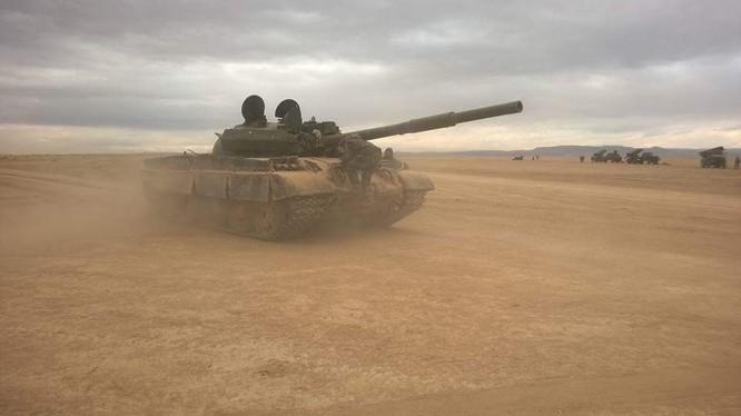 Xe tăng quân đội Syria chiến đấu trên chiến trường Palmyra