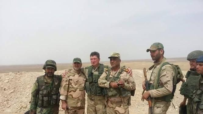 Một nhóm binh sĩ và quân tình nguyện Syria trên chiến trường Palmyra
