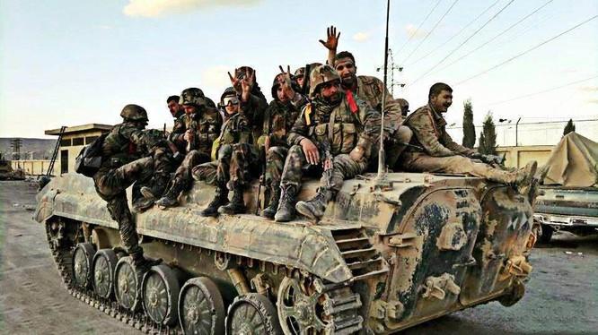 Binh sĩ quân đội Syria tiến về ngoại ô Damascus