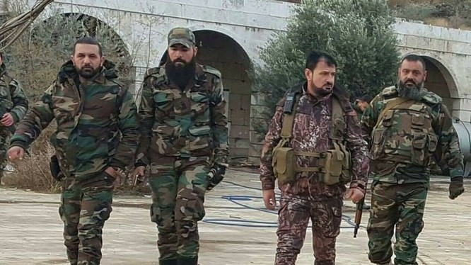 Thiếu tướng Suheil al-Hassan và các sĩ quan tùy tùng trên chiến trường Aleppo