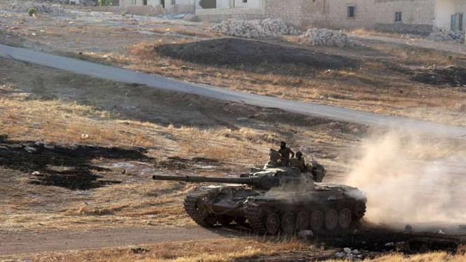Xe tăng quân đội Syria tiến công trên chiến trường phía đông Aleppo