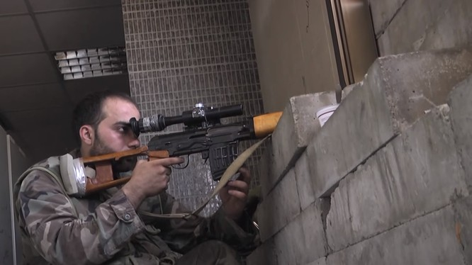 Một xạ thủ bắn tỉa của lực lượng Vệ binh Cộng hòa ở Aleppo