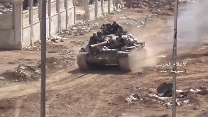 Xe tăng quân đội Syria tấn công trên hướng tây thành phố Aleppo