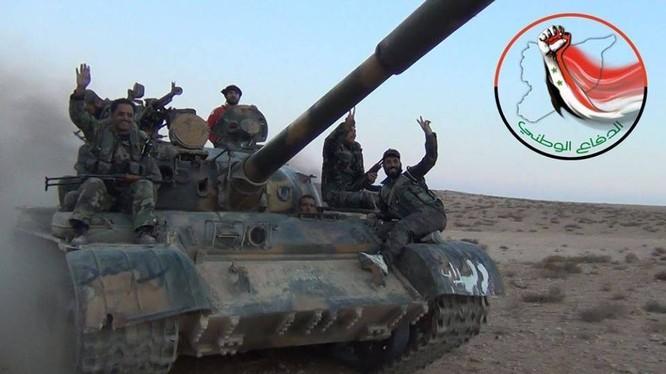 Xe tăng cùng các binh sĩ NDF trên chiến trường vùng nông thôn Aleppo