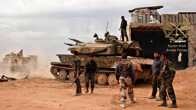 Một phân đội hỏa lực đi cùng bộ binh của quân đội Syria