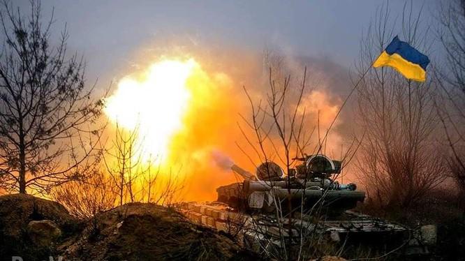 Xe tăng Ukraine pháo kích vào chiến tuyến của lực lượng dân quân Donesk