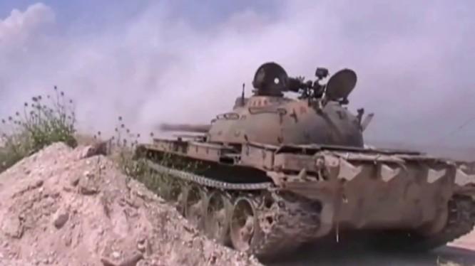 Một chiếc xe tăng Syria đang pháo kích trên chiến trường