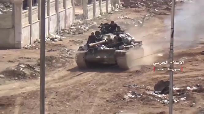 Xe tăng quân đội Syria phản kích trên hướng tây thành phố Aleppo