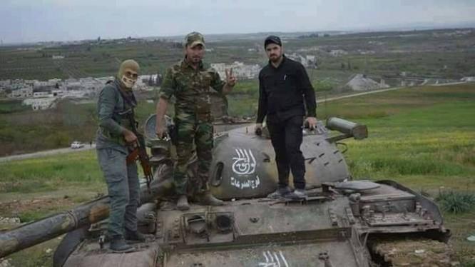 Quânđội Syria thu chiến lợi phẩm một chiếc tăng T-55 của chiến binh thánh chiến ở Hama