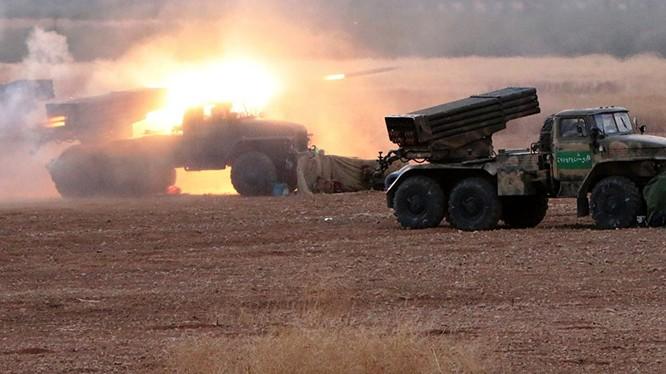 Pháo binh quân đội Syria tập kích trên chiến trường Hama
