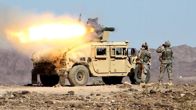 Tổ hợp tên lửa chống tăng TOW-2B trên xe chiến đấu của bộ binh Mỹ