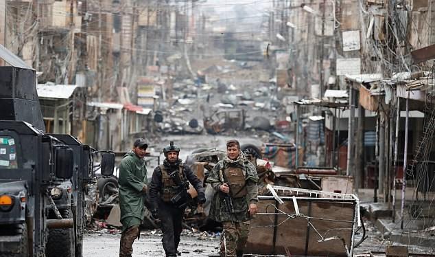 Những binh sĩ Iraq trên đường phố Mosul ở một khu vực đã giải phóng