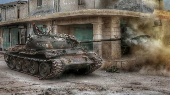 Xe tăng phiến quân tấn công