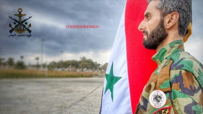 Một lính thủy đánh bộ Syria dưới cờ