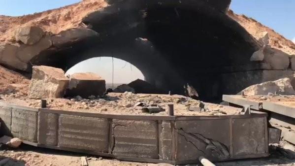 Hầm chứa máy bay trong căn cứ sân bay bị phá hủy