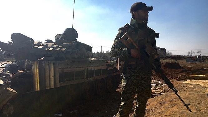 Một lính bắn tỉa quân đội Syria ở Hama