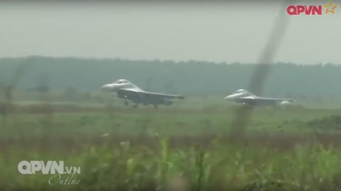 Máy bay tiêm kích Su-30MK2 thuộc sư 370 cất cánh
