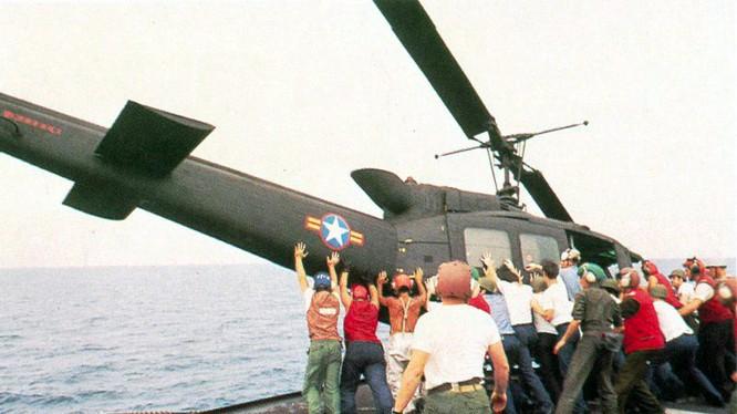 Đẩy trực thăng xuống biển dành chỗ cho người di tản