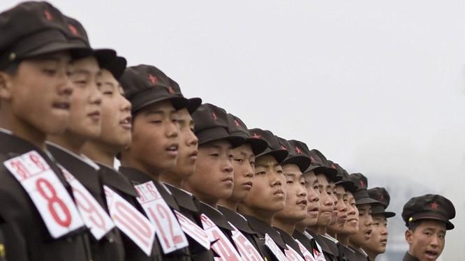 Những người lính Bắc Triều Tiên huấn luyện đội ngũ