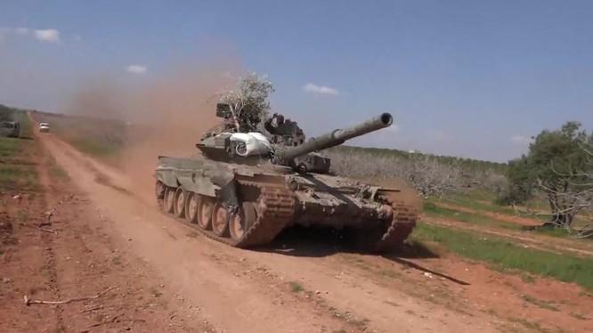 Xe tăng T-90 quân đội Syria tiến công trên chiến trường Hama