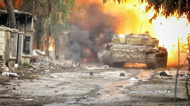 Xe tăng quân đội Syria pháo kích ở Deir Ezzor
