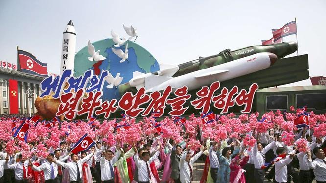 Nhân dân Bình Nhưỡng, khối quần chúng nhân dân bên các mô hình tên lửa, biểu tượng thành công của nền công nghiệp quốc phòng Bắc Triều Tiên