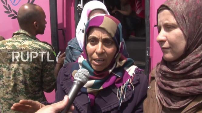 Người dân Syria trả lời phỏng vấn khi về đến Aleppo