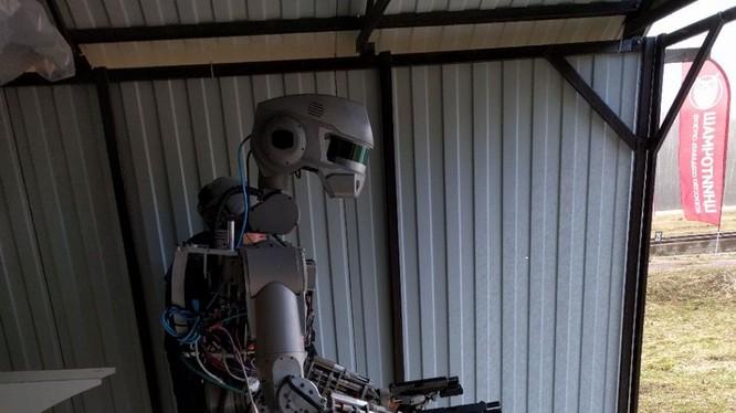 Robot FEDOR sử dụng súng ngắn hai tay
