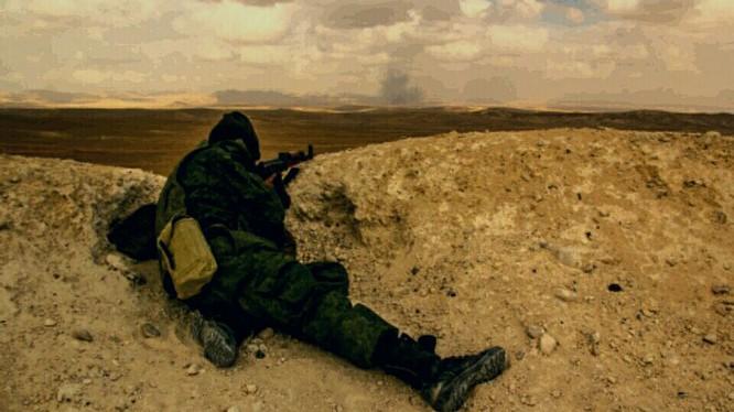 Một binh sĩ thuộc lực lượng Săn IS trên vùng sa mạc Palmyra