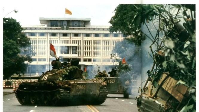 Những chiếc xe tăng thiết giáp Quân Giải phóng tràn vào dinh Độc Lập