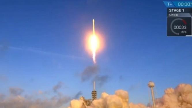 Tên lửa Falcon 9 được phóng đi từ sân bay vũ trụ ở Florida, Mỹ