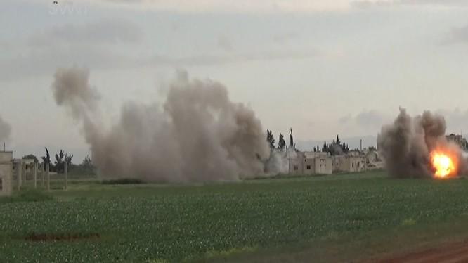 Một trận pháo kích của quân đội Syria vào thị trấn Al-Latamneh trên vùng nông thôn miền bắc Hama