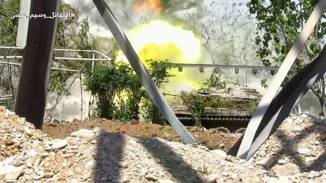 Xe tăng quân đội Syria trong chiến tranh đường phố ở Al-Qaboun