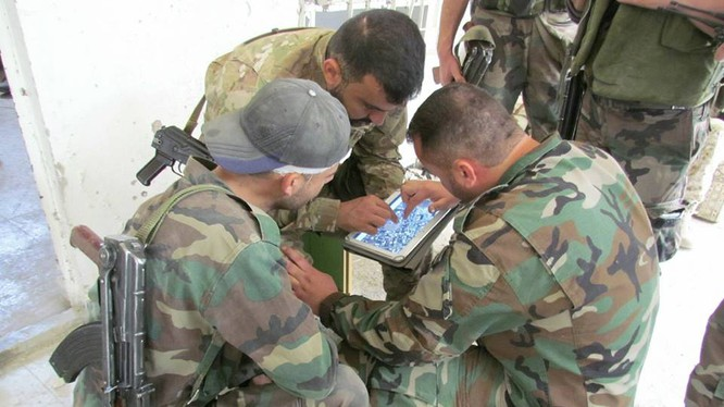 Binh sĩ quân đội Syria chiến đấu trên chiến trường Al-Qaboun, sử dụng máy tính bảng để tổ chức tấn công