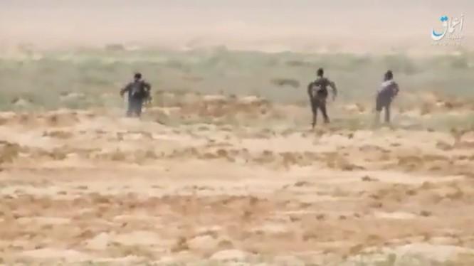Binh sĩ quân đội Syria rút lui trong làn đạn của IS