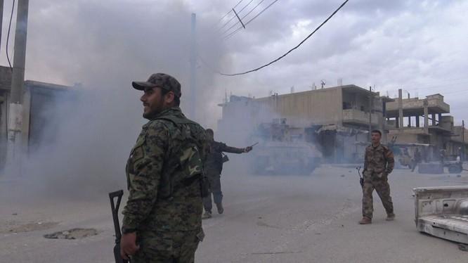Chiến binh người Kurd trên chiến trường thành phố Tabqa