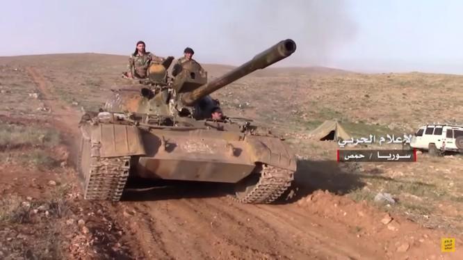Xe tăng quân đội Syria tiến công trên chiến trường Hama
