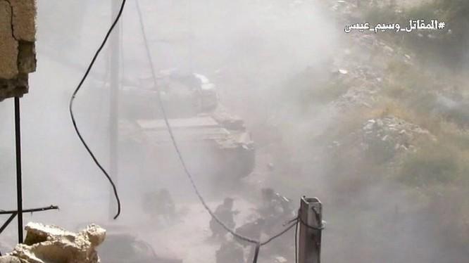 Xe tăng quân đội Syria tấn công trong quận ngoại ô Damascus Al-Qaboun