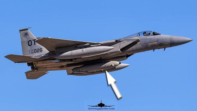 Máy bay chiến đấu F-15C với thùng container Talon HATE