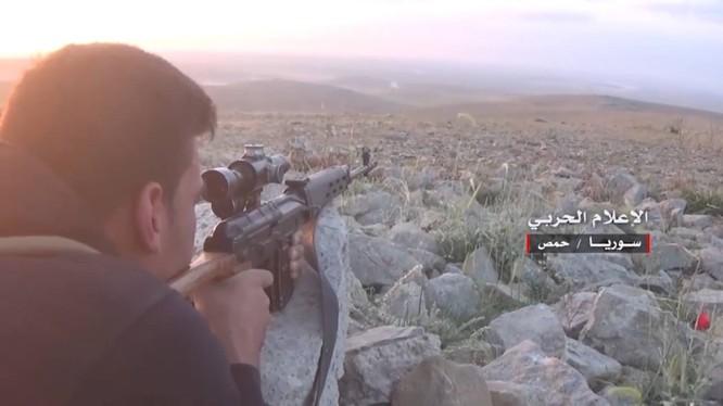 Binh sĩ bắn tỉa trên chiến trường phía đông tỉnh Homs