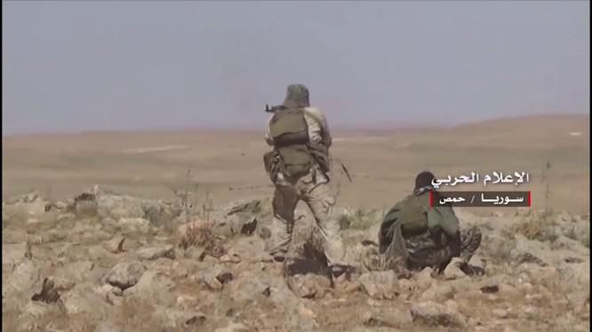 Binh sĩ lực lượng quân đoàn tình nguyện số 5 tấn công trên vùng sa mạc tỉnh Homs